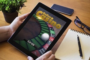 Spieler am Tablet in einem Pay N Play Casino
